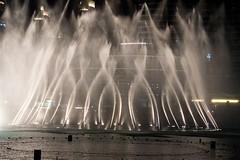 Dubaj - fontána pod nejvyšší budovou světa Burj Khalifa (zcesty) Tags: nočnífoto fontána dubaj spojenéarabskéemiráty sae dosvěta sae2 ae