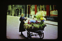 IMG_0099 (www.ilkkajukarainen.fi) Tags: paris visit flower girl sreet art france eu europa vintage antique photo myyntikärryt myyntipiste katumyynti katu tyttö