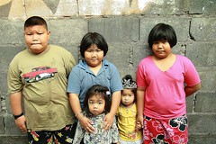 well fed brother and sisters (the foreign photographer - ฝรั่งถ่) Tags: fat plump brother well fed sisters brick wall khlong thanon portraits bangkhen bangkok thailand canon kiss