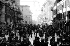 People on the move (GiophotoArt) Tags: people bologna viarizzoli ontheroad bw canon