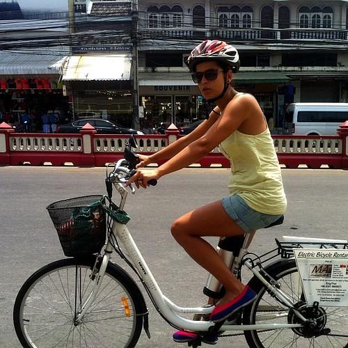 Em Hua Hin com uma bike elétrica cedida pelo Able, o dono da pensão onde estamos.