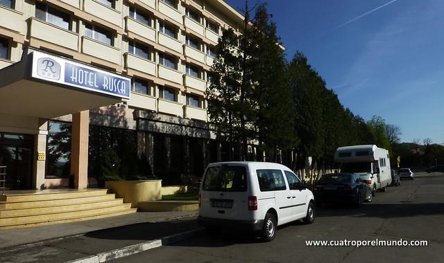 Aparcados frente al hotel Rusca en Hunedoara