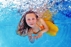 Meerjungfrauen schwimmen www.H2OFoto.de (Babyschwimmer) Tags: berlin germany münchen dresden thüringen schwimmen stuttgart erfurt hamburg bamberg köln jena leipzig magdeburg mermaid regensburg potsdam halle dortmund frankfurtammain hof augsburg nürnberg passau chemnitz gera dessau eisenach schwimmbad apolda pirna suhl grimma meerane underwaterpictures freital badliebenwerda markranstädt mermaiding meerjungfrauenschwimmen unterwasserbeamermaid plötzlichmeerjungfrau h2omermaidfotos fotoshootingunterwasser möglichua nixenfotografie