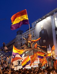 El día que abdicó el rey Juan Carlos I, manifestación en la Puerta del Sol a favor de la 3ª República (carlos gonzález ximénez) Tags: republica españa rey revolucion actualidad banderas politica juancarlos puertadelsol principe 15m podemos abdicación
