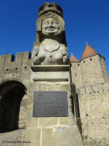1. Cité Médiévale de Carcassonne - Buste de la Dame Carcas devant la Porte Narbonnaise
