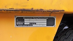 1996 Typenschild Mobilkran V73 von DEMAG bei BEHALA Kran-Nr. 39 Westhafenstraße in 13353 Berlin-Moabit (Bergfels) Tags: technischesdenkmal bergfels youngtimer maschine grosemaschine kran mobilkran fahrzeug autokran adk 1996 1990er 1980er 20jh brd v73 demag behala westhafenstrase westhafen 13353 berlin moabit leistung ps kw radformel 4x2x2 4x2 masse geschwindigkeit steigfähigkeit produktionszeitraum 19861996 beschriftet typenschild