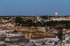 LUNA ROJA SOBRE SANLÚCAR DE BARRAMEDA (bacasr) Tags: redmoon viajando sanlucardebarrameda andalucía church lunaroja moon travelling ciudades spain villages anocheciendo pueblos iglesia luna cádiz españa nightfall