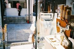 (埃德溫 ourutopia) Tags: film fuji fujifilm fujicolor 400 業務用 記録用フィルム 記録用カラーフィルム yashica t2 t3 t4 t5 filmphotography analog analogphotography coffee shop coffeeshop cafe arabica arabicakyoto door girl street roadside sunshine kiyomizudera kyoto japan フィルム 八坂通り 清水寺 京都