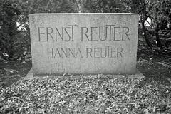 Ehrengrab Berlin Ernst Reuter Oberbürgermeister Berlin 1947-1953 (rieblinga) Tags: ehrengrab berlin ernst reuter spd deutscher politiker oberbürgermeister regierender 19511953 blockade rede ihr völker der welt schaut auf diese stadt usa gb f
