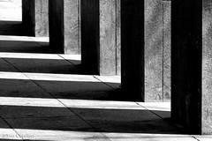 Sombras - Shadows (Eva Ceprián) Tags: blancoynegro blackandwhite columnas columns sombras shadows ángulos angles minimalismo minimalism abstracto abstract líneas lines arquitectura architecture nikond3100 tamron18270mmf3563diiivcpzd evaceprián monocromático