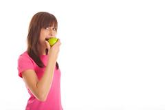 Frau isst Apfel (bemedia123) Tags: sport essen jung ab frau fitness apfel mdchen fit dnn haare hintergrund obst glcklich dit weiser daumen gesundheit sportlich hoch weis aktiv junges ernhrung abnehmen freigestellt gesunde freisteller braune kalorienarm hlt sportliche nimmt sporthose sportsachen