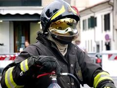 Vigile... e pronto (DoppioM) Tags: guanti lens fire mirror uniform helmet safety gloves firefighter lente extinguisher protection casco fuoco specchio estintore vigilidelfuoco pompiere sicurezza divisa protezione vigiledelfuoco visiera