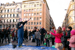 Toulouse 20131231 7625 AC +R (jo_koneko_san) Tags: street france children child clown kinderen kind bubble enfants toulouse rue enfant bulle straat zeepbel 2013