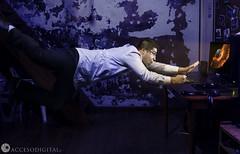 Buscando google en google (Axel Garrido Fotos) Tags: photoshop canon fun fly flying big crazy google amazing cool funny explosion levitation sigma manipulacion boom bang pho effect levitacion efecto manipulate xplosion sigma35mm effecto canon6d