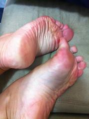 IMG_5988 (aurabordeaux) Tags: feet foot toes nails barefoot pés tickle sole soles dangling pé toering footfetish solinhas pezinhos wrinkly rednails pezinho sexytoes dirtyfoot podolatria footworship solelover footqueen arcfoot