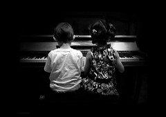 Piano  deux (Aviones Plateados) Tags: cameraphone two blackandwhite blancoynegro mobile children phone piano cell lg dos deux android blancinegre lgd505