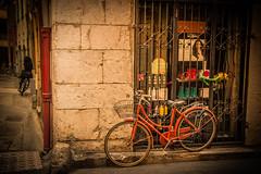 Vieille ville de Nice (Jef ALTERO) Tags: vélo bicyclette bike bicycle nice rue ruelle street