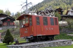 SLMNr 1066 : Lokomotive He 2/2 3002 der Gornergratbahn GGB ( Hersteller SLM Nr. 1066 - Baujahr 1898 - Zahnradlokomotive Elektrolokomotive - Zahnradbahn Schmalspur Meterspur ) in einem Verkehrskreisel bei Stalden im Kanton Wallis - Valais der Schweiz (chrchr_75) Tags: hurni christoph chrchr chrchr75 chrigu chriguhurni april 2017 albumbahnenderschweiz201716 albumbahnenderschweiz schweizer bahnen eisenbahn bahn schweiz suisse switzerland svizzera suissa swiss albumggbgornergratbahn chriguhurnibluemailch kantonwallis kantonvalais wallis valais zahnradbahn train treno zug juna zoug trainen tog tren поезд lokomotive паровоз locomotora lok lokomotiv locomotief locomotiva locomotive railway rautatie chemin de fer ferrovia 鉄道 spoorweg железнодорожный centralstation ferroviaria albumbahnslmschweizerischelokomotivundmaschinenfabrikwinterthur slm slmnr