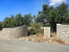 2015-09-15 03 Kreta, Agia Galini, sinnloses Tor (kaianderkiste) Tags: crete kreta südkreta southcrete agiagalini wanderung hike mauer wall immobilie