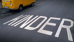 KINDER (pix-4-2-day) Tags: bulli bully vw transporter gelb orange yellow kinder writing aufschrift fahrbahn teer asphalt road street marking van letters buchstaben grau grey parking