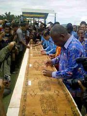 Rekor Muri dari Festival Danau Sentani 2014 (viktor krenak) Tags: festival danau sentani rekormuripepeda