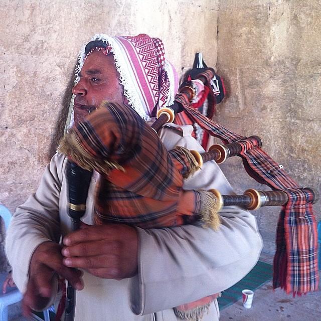 Giordania. Suonatore di cornamusa a Jerash.
