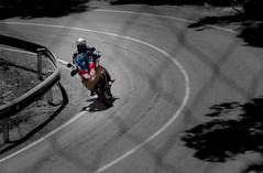 TRAZADA (ROGE gonzalez ALIAGA) Tags: carretera asfalto moto vehículo blanco black bn rojo red