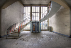 the entrance hall (Foto_Fix_Automat) Tags: lostplaces urbex urban urbanphotography urbanexploring decay abandoned stairway windows marode verlassen industire industry indoor