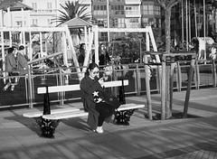 Atardecer en el parque (no sabemos cómo llamarnos) Tags: streetphotography photoderue fotourbana fotocallejera bench banco parque park woman