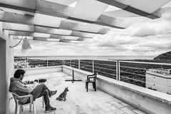 Mattinata (FG) - Aprile 2017 (Maurizio Tattoni....) Tags: mattinata italy puglia gargano daunia capitanata panorama mare nuvole orizzonte persone cane terrazza bn bw blackandwhite biancoenero monocrome leica 21mm mauriziotattoni