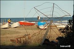 abbandono invernale (imma.brunetti) Tags: vasto abruzzo spiaggia mare sabbia cielo orizzonte azzurro barche vegetazione ombrellone abbandono ruggine onde schiuma peschereccio