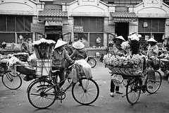 Flower sellers (pacco_racco) Tags: market sellers women bicycles urban cityside hanoi vietnam leicasummicron35mmf20asph leicam6 kodaktrix400
