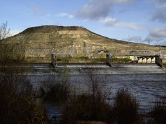 Presa en el Ebro (Logroño, 10-12-2006) (Juanje Orío) Tags: larioja logroño wikipedia provinciadelarioja españa spain 2006 río ebro presa river agua water