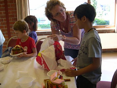 "zomerspelen 2012 koekhuisjes maken • <a style=""font-size:0.8em;"" href=""http://www.flickr.com/photos/125345099@N08/14220834057/"" target=""_blank"">View on Flickr</a>"