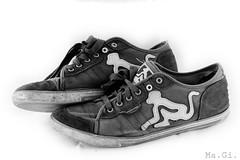 (Ma.Gi.) Tags: life old white black ed still nikon shoes 200 skate 28 80 scar bianco nero scarpe rotta vecchia d300 vecchie drunknmunky usata