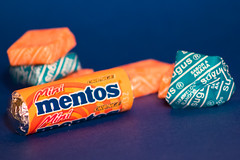 365-92 (Letua) Tags: macromonday orangeandblue hmm golosinas mentos caramelos azul naranja macro candies