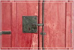 Rouge et noir... (Pi-F) Tags: malte porte serrure bois fer fermeture laque peinture rouge noir cochère simple brillant minimalisme reflet clef rivet noeud veine carré ligne strie texture
