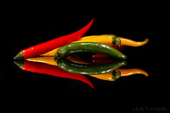 red Pepper arrow (benno.dierauer) Tags: red yellow green rot grün gelb peperoncini pepper tabletop blackbackground 70d