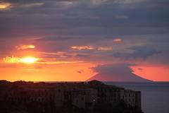 Stromboli al tramonto!!! (Anfora di Cristallo) Tags: sole nuvola stromboli isola eolie tropea