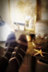 La table de nuit (nathaliedunaigre) Tags: intérieur tabledenuit chambre bedroom findesoirée intimité intimacy femme woman feet pieds sandales étoiledemer bracelet light lumière clairobscur nuit night