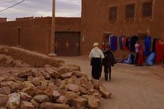 KASB7933 (guido camici) Tags: pentax ngc sigma morocco berber maroc marocco maghreb casbah imazighen nationalgeographic berbers kasbah magreb qasba kasba aitbenhaddou kingdomofmorocco berberi amazigh sigmalenses sigma1770mmf2845dcmacro moroccanstyle berberpeople aitbenhaddoukasbah pentaxsmcpfa80320f4556  southmorocco pentaxsmcda50135mmf28edifsdm moroccotravelphotos guidocamici africaoccidentale stilemarocchino moroccanstylelife moroccotripphotos maroccofotodiviaggio maroccofotografiediviaggio fotodiviaggioinmarocco maroccodelsud pentaxk5d aitbenhaddouqasbah athenhadu