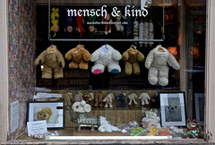 Stuffed Animal Slaughtery (cmdpirx) Tags: bear window animal shop germany stuffed teddy hamburg schaufenster meat grinder br kuscheltier schlachterei slaughtery fleischwolf