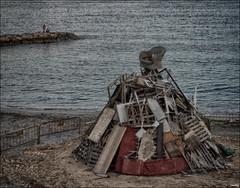Todo preparado (candi...) Tags: madera agua playa arena rocas santjoan hoguera lea sonya77