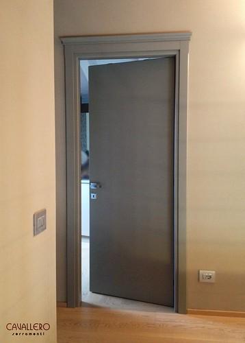 Porta interna Frassino a venatura orizzontale socchiusa in ambiente moderno
