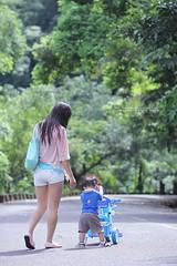 散步 (nodie26) Tags: morning baby canon early walk feel 85mm take f18 旅遊 小孩子 花蓮 感覺 外拍 寶寶 散步 嬰兒 鯉魚潭 lohas 清晨 早晨 壽豐 60d 樂活 壽豐鄉 環潭步道