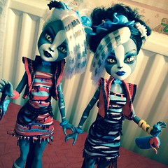 It didn't take a long until the entire school was infected (MyMonsterHighWorld) Tags: monster cat high doll sister zombie twin shake mattel werecat purrsephone meowlody