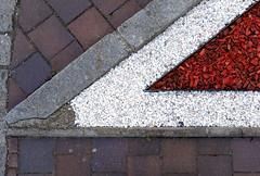 Corner (XoMEoX) Tags: dscrx100m2 corner ecke spitze graphical grafisch sony rx100m2 detail pavement gehweg red white stone rot weis stein weiss minimal spitz abstract abstrakt garten street strase