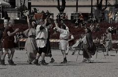 Antiche tradizioni (Colombaie) Tags: xv natalediroma cerimonia 21aprile 2017 palillia parillia ricostruzione storica circomassimo gruppostoricoromano filtro seppia transenna spettatori uomo uomini maschio donna donne femmina danzare ballare danzatori sacrificio salto fuoco flauto musica antica romana romani antichi