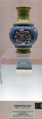 L1160284 (H Sinica) Tags: jindezhenware vase shanghai museum 乾隆 qianlong qing 清 景德鎮 jingdezhen porcelain ceramics 上海 overglaze fencai 粉彩 博物馆