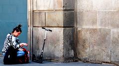 getting ready to roll (Bim Bom) Tags: barcelona woman spain streetlife roller catalunya
